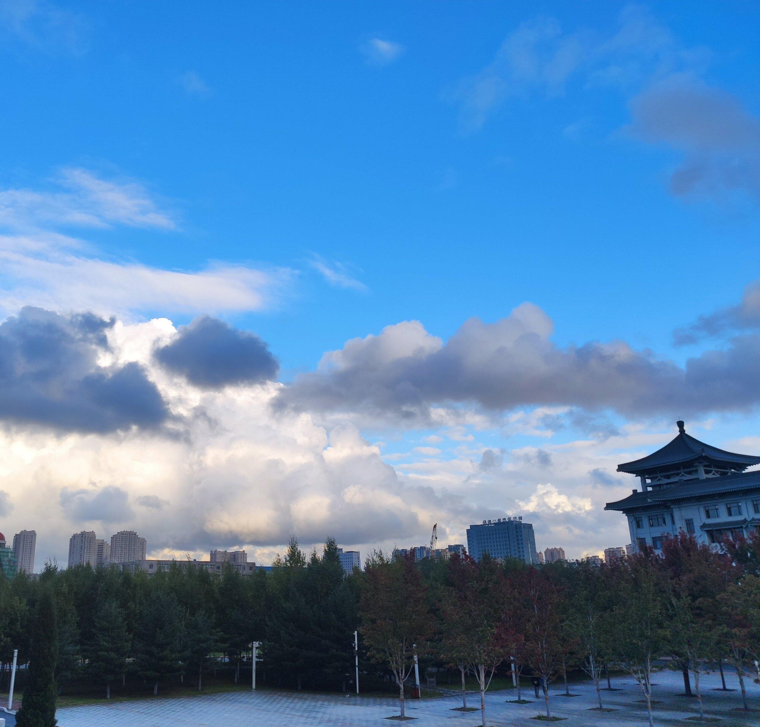 又是一个有云的一天插图