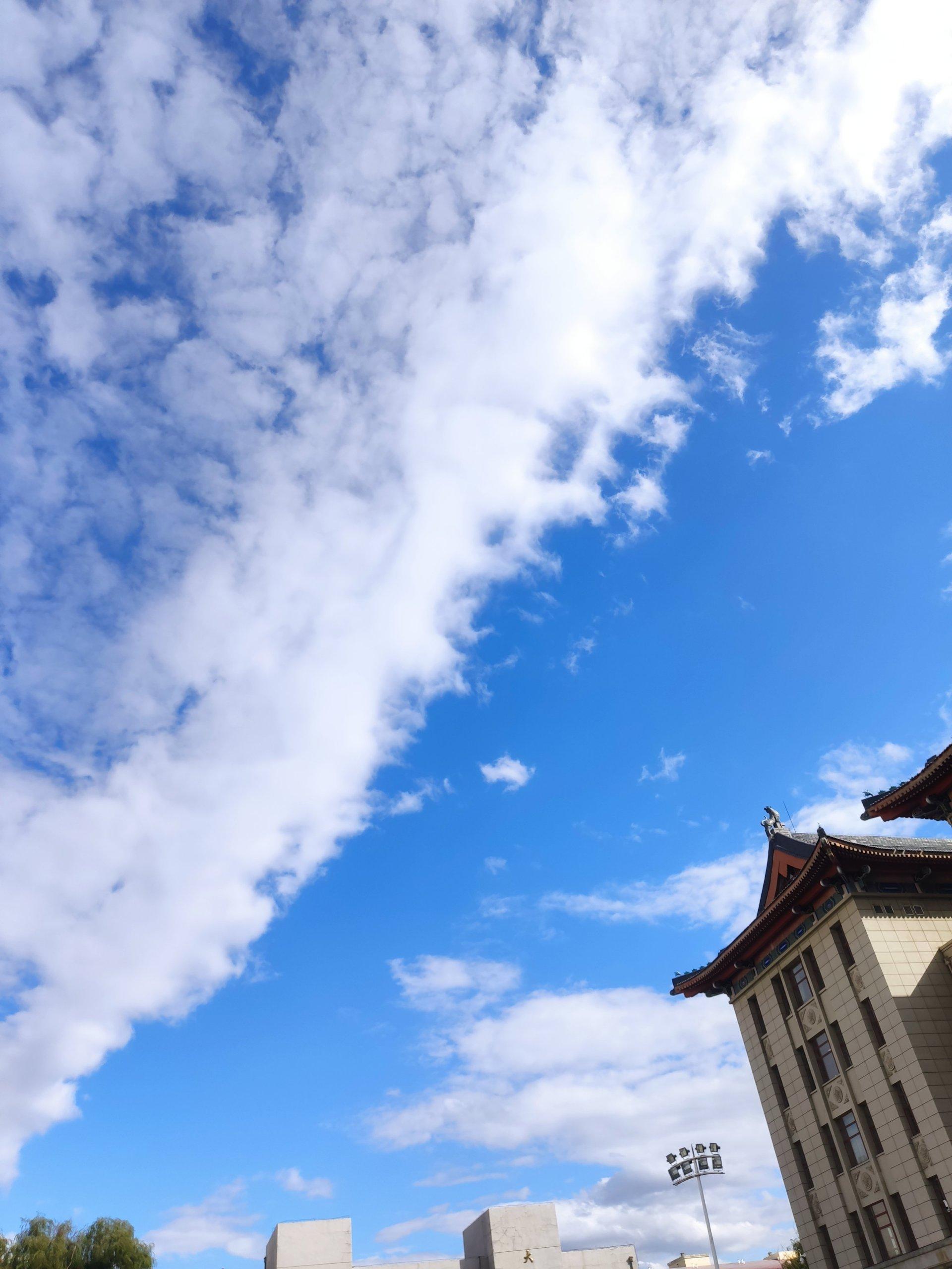 蓝天黑土白云和我插图